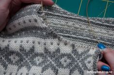 Strikkepiken – Halsforming på kofte uten felling, søm og klipping - men med forkortede pinner Crochet Stitch, Knit Crochet, Knitting Projects, Knitting Patterns, Knitting Short Rows, String Bag, Market Bag, Knitted Bags, Winter Outfits