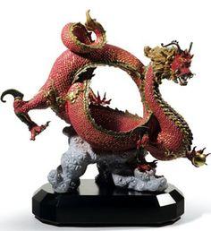 Dragón Auspicioso (Rojo) - Lladró El dragón chino es una criatura mitológica y legendaria de China y de otras culturas orientales que dispone de partes de nueve animales: ojos de langosta, cuernos de ciervo, morro de buey, nariz de perro, bigotes de bagre, melena de león, cola de serpiente, escamas de pez y garras de águila.