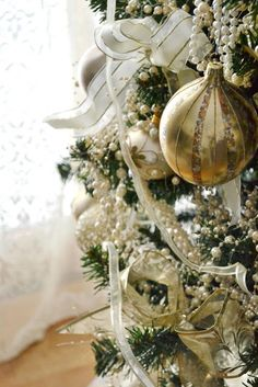 I love to see close up details mixed in with general photos, especially when they are so pretty! #Christmas tree decorations http://rentaltonic.com/pinterest-for-more-bookings-this-christmas/