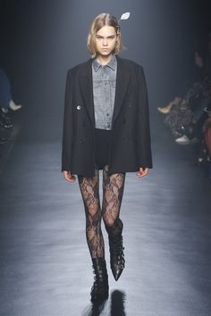 The complete Zadig & Voltaire Fall 2018 Ready-to-Wear fashion show now on Vogue Runway. Ny Fashion Week, Fashion 2018, Runway Fashion, Fashion Models, High Fashion, Fashion Brands, Fashion Tips, Evening Outfits, Tights Outfit