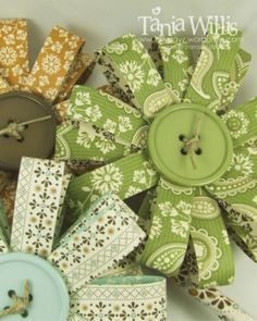 These paper flowers would be great to make for scrapbooking! Strips of paper with a button glued on top. Handmade Flowers, Diy Flowers, Fabric Flowers, Button Flowers, Ribbon Flower, Fabric Flower Tutorial, Flower Paper, Ribbon Crafts, Flower Crafts