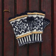 Perrine sur Instagram: . Sometimes I knit for my family and I and here is an exemple, a pair of mitts♥️ I am currently knitting a second pair but with different… Knitted Hats, Winter Hats, Pairs, Knitting, How To Wear, Instagram, Fashion, Moda, Tricot