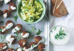 Skandinávské kuličky s okurkovým salátem | Apetitonline.cz Baked Potato, Potatoes, Baking, Ethnic Recipes, Food, Potato, Bakken, Essen, Meals