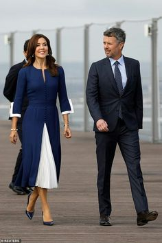 Crown Princess Mary looks chic in a Chanel-style dress as she visits the House of Denmark Mary Donaldson, Style Royal, Denmark Fashion, Prince Frederik Of Denmark, Princess Marie Of Denmark, Crown Princess Mary, Princess Mary Casual, Princess Crowns, Danish Royalty