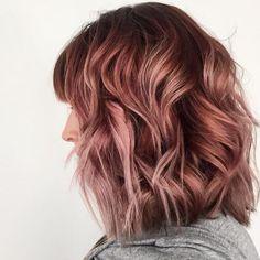 Un balayage rose gold sur cheveux bruns