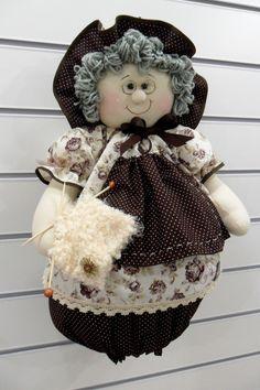 Produzido em tecido 100% algodão em padrão aleatório, conforme disponibilidade do mercado. Pode ser feito em outra cores Hobbies And Crafts, Diy And Crafts, Sewing Crafts, Sewing Projects, Grocery Bag Holder, Plastic Bag Holders, Felt Patterns, Soft Dolls, Soft Sculpture