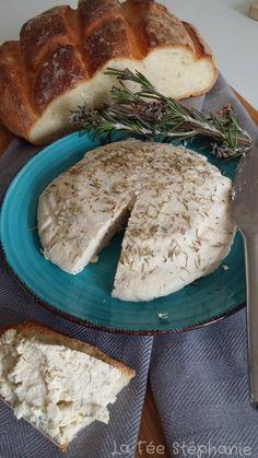 Faites votre propre fromage végétal en caillant le lait de soja. La magie s'opérera avec l'ajout de quelques gouttes de citron. Ajoutez les herbes de votre choix pour obtenir un fromage crémeux ressemblant à son lointain cousin le boursin