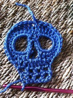 Free Crochet Skull Pattern Hecho en hilo verde, aguja 2.5 para apliques