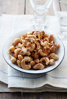 Chili cashews. - 300 g toasted cashew nuts - 1 tablespoon olive oil - 1 tbsp dark syrup - 2 teaspoons of dried chilihiutaleita (or chopped fresh chilli) - A fair pinch of salt (eg Maldon). Heat the olive oil in a pan over medium heat. Add to the pan nuts. Stir in the syrup, chilihiutaleet and salt. Toast, stirring constantly for a few minutes until the nuts are fragrant and the color paahteiselta. Pour the nuts into a bowl and serve.