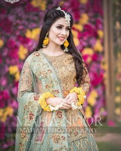 5 Dress Styles That Will Make You Look Thinner. While particular ladies wear products you see on the runway might look terrific on models, they might not look great on every woman. Pakistani Bridal Makeup, Bridal Mehndi Dresses, Pakistani Wedding Outfits, Bridal Dress Design, Wedding Dresses For Girls, Party Wear Dresses, Bridal Outfits, Pakistani Dresses, Pakistani Mehndi Dress