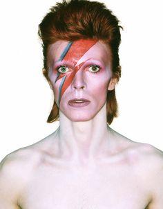 La Philharmonie de Paris accueille jusqu'au 31 mai prochain, « David Bowie Is », une rétrospective qui plonge les visiteurs au sein du processus de création de cet artiste aux mille visages.  http://www.elle.fr/Loisirs/Sorties/Musees-Expos/David-Bowie-Is-5-raisons-d-aller-voir-l-expo
