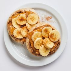 Peanut Butter-Banana English Muffin Peanut butter and banana are the original power couple. Top a simple toasted English muffin with the duo, then sprinkle everything with a hit of ground cinnamon for a healthy breakfast of champions. Clean Eating Snacks, Healthy Snacks, Healthy Recipes, Healthy Eating, Healthy English Breakfast, Healthy Breakfast Recipes For Weight Loss, Banana Breakfast Recipes, Healthy Meals For One, Clean Foods