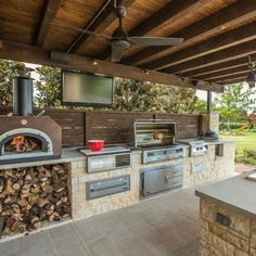 43 Best Outdoor Kitchen and Grill Ideas for Summer Backyard Barbeque Modern Outdoor Kitchen, Outdoor Kitchen Plans, Outdoor Cooking Area, Outdoor Kitchen Countertops, Backyard Kitchen, Outdoor Kitchens, Backyard Barbeque, Outdoor Barbeque Area, Outdoor Grilling