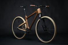Denkt man an Fahrräder ist Holz nicht unbedingt der erste Werkstoff, der einem in den Sinn kommt. Nicht zwingend stabil (je nach Bearbeitung) hat Holz vor