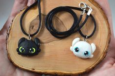How to train your dragon - Toothless Keychain - Night Fury Keychain - Light Fury Keychain – Night Fury Necklace – Krokmou Necklace - Artclay Polymer Clay Charms, Polymer Clay Art, Dragon Light, Dragon Birthday Parties, Diy Clothes And Shoes, How To Make Clay, Dragon Necklace, Cute Dragons, Black Dragon