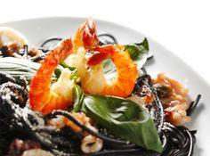 Shiratakis de konjac à lencre de seiche, fruits de mer et basilic. Avec le coaching, accédez à plus de 850 recettes Dukan !