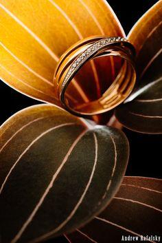 A golden ring in orchid leaves. Jewellery photography (Kiev): xploziveeyez.com/predmetnaja-semka-kiev.php