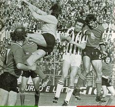 Juventus - Ascoli  Marcello Grassi, in uscita a mani nude, neutralizza un attacco dei padroni di casa ...  ⚽️ C'ero anch'io ... http://www.tepasport.it/   Made in Italy dal 1952