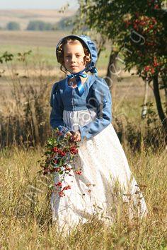 Sukienka dziewczęca z drukowanej bawełny, spencer i kapelusz lniany.