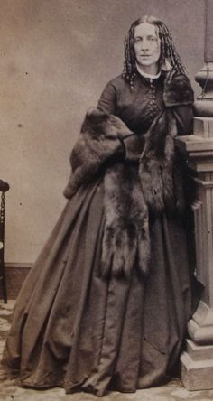 ANTIQUE CIVIL WAR ERA CDV PHOTO YOUNG WOMAN WITH LONG CURLS WEARING FUR STOLE