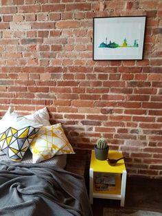 Zastanawiasz się nad zakupem szafki nocnej? Jeżeli tak, to dobrze dobrana szafka nocna będzie doskonałym rozwiązaniem. Jedną z największych zalet posiadania szafki nocnej jest niewielka, lecz bardzo praktyczna, dodatkowa przestrzeń do przechowywania. Slim Bedside Table, Small Shelves, Interior Decorating, Interior Design, Small Tables, Bean Bag Chair, Your Style, Simple, Furniture