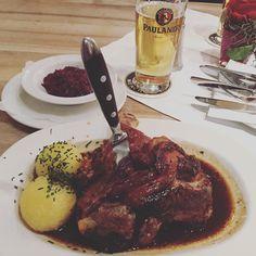 Da hab ich es #erlegt. #lecker #Haxe #hofbräuhaus #münchen #Parlament dazu #Dienstreise by ssapetorgnaj #haxenhaus #people #food