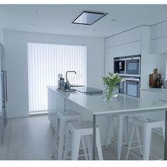 White on white dream Kvik kitchen @interiorbyl_ #kvik #manobykvik #dreamkitchen #sociablekitchen #kitchen #kök #kjøkken #keittiö #keuken #interior #inspiration #whitekitchen