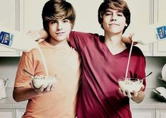 Cole and Dylan Sprouse. Cole and Dylan Sprouse. Cole Sprouse, Dylan Sprouse, Sprouse Bros, Zack E Cold, Celebrity Gossip, Celebrity Crush, Dylan Y Cole, Cute Twins, Suite Life