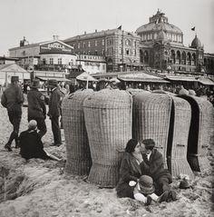 Erich Salomon- Kissing couple on the beach, Scheveningen, Holland, 1930