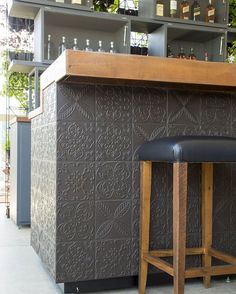 Para receber e brindar! A madeira e o porcelanato Twenty Deluxe Concreto em perfeita harmonia. Por @estudiobrunato #decortiles  #deeplove #interiordesign #instadecor