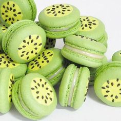 Kiwis #KiwiFruits Macarons, Macaron Cookies, Cute Desserts, Delicious Desserts, Dessert Recipes, Yummy Food, Cute Baking, French Macaroons, Macaroon Recipes