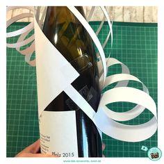 ...dann sollten alle Geschenke richtig schön verpackt sein. Doch manche Geschenke sind gar nicht so einfach zu verpacken, vor allem Flaschen! Wer nicht gerade ein begeisterter Geschenke-Verpacker Typ ist, tut sich da oft schwer..... Aber keine Panik: Wie man Wein-, Champagner oder auch Olivenöl-Flaschen schön und einfach mit einem persönlichen Touch verpacken kann, zeige ich Euch in diesem Beitrag: Egal ob Ihr bereits Verpackungsprofi seid oder zwei linke Hände beim Verpacken von Geschenken…