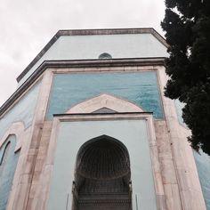 Güne Yeşil Bursanın Yeşil Türbesiyle merhaba diyelim. Osmanlı mimarisinde tüm duvarları çiniyle kaplı tek türbe olan Yeşil TürbeBursanın her noktasından da görülebiliyormuş.  Günübirlik Bursa gezimizin aslında son durağıydı Yeşil Türbe bizi ihtişamıyla çok etkiledi. Tur da bize yetmedi. Bursa doğal ve tarihi güzellikleri bol olan bir şehir. İnşallah tekrar gitmek nasip olur   #kızkardeşlerbursada #günübirlikgezi #bursagezisi #bursa #yeşiltürbe #yesilturbe #turbe #blogger #instagrammer…