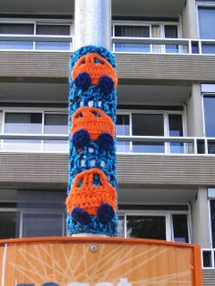 Art van house bombed - House and home design Crochet Cross, Crochet Art, Love Crochet, Yarn Bombing, Knit Art, Grafiti, Crochet Humor, Art Van, Sewing Art