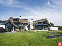 Landelijk Modern Huis gerealiseerd door Van Dinther Bouwbedrijf. Kijk binnen in dit prachtig landelijk moderne huis. 700+ binnenkijkers op HOOG. design