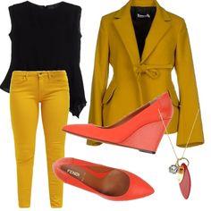 Giacca tinta unita color senape, con collo revers. Pantalone skinny in coordinato. Blusa nera molto chic. E accessori arancio. Big Bag di pelle, e scarpe comode ma di tendenza.