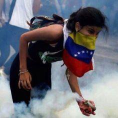 Si en algo se destaca la mujer venezolana es en su fuerza, su valentía, su sentido de pertenencia y el profundo amor a su país. Hoy queremos que recuerden lo que siempre han sido, porque además de las mejores reinas de belleza, Venezuela es cuna de fieras guerreras. ¿Quién dijo que eran el sexo débil? #SNNacionales #SuNoticiero #Nacionales #Venezuela #Mujer #Mujeres #MujerVenezolana #MujerGuerrera #MujeresVenezolanas #MujeresGuerreras