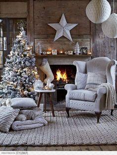 Ambiance de Noël avec sapin et cheminée
