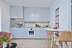 Dois apartamentos, um de 28m² e o outro de 29m², demonstram mais uma vez que tamanho não é documento, definitivamente! Apartamentos lindos, cheio de ideias Kitchen Interior, Home Goods, Kitchen Cabinets, Cool Stuff, Table, 30, House, Furniture, Kitchens