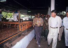 VIAJE OFICIAL FELIPE GONZÁLEZ: Malabo (Guinea Ecuatorial), 23-11-1991.- El presidente del Gobierno español, Felipe González (dc), junto a varias autoridades guineanas durante su visita a la finca de plantación del cacao Sampaka, y sus instalaciones EFE/aa. Siempre ha sido propiedad de una familia española... En este momento creo que es de Luis Acevedo.
