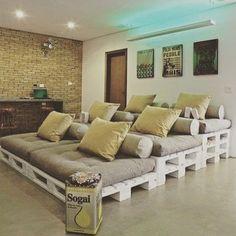 Que tal um cineminha em casa hein galerinha?!   Olha só como fica lindo.. Um sofá beeeem grande feito com pallets e que cabe a família inteira e os amigos...  Quer melhor que isso?! Haha #decor #homedecor #homedesign #design #designdeinteriores #diy #doityourself #fabulous #façavocêmesmo #boanoite #lindo #cine #casa #home by be.criative http://discoverdmci.com