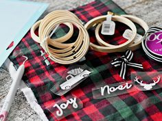 DIY Embroidery Hoop Christmas Ornaments – Hoops, ribbons, and plaid DIY-Stickrahmen-Weihnacht. Christmas Vinyl, Diy Christmas Ornaments, Christmas Fun, Holiday Crafts, Christmas Wreaths, Christmas Decorations, Diy Christmas Crafts To Sell, Buffalo Plaid Christmas Ornaments, Embroidered Christmas Ornaments