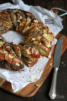 Delicious yeast wreath with marzipan and poppy seeds - perfect for a brunch. Marzipan Recipe, Marzipan Cake, British Baking, British Bake Off, Sweet Pastries, Bread And Pastries, Stollen Recipe, Brunch, Almond Paste