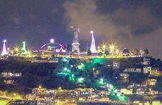 Desde la cima del Panecillo de Quito, Ecuador,  ubicado en el centro histórico se aprecia la iluminación del gigante nacimiento del niño Jesús rodeado de árboles metálicos y un gran arco.