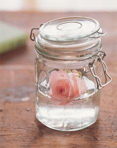 Petit pot Le Parfait avec bouton de rose dedans (super mignon!)