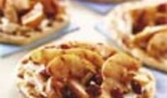 Pizza grillée aux poires, fromage de chèvre, amandes et airelles. La recette Pizza grillée aux poires, fromage de chèvre, amandes et airelles par Weber.