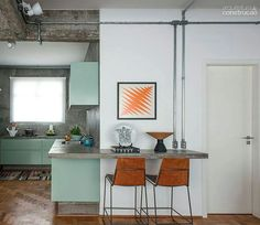 Verde, fiação aparente, concreto, madeira