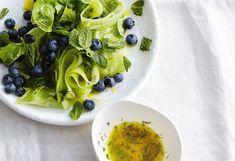 Gurken-Minze-Salat mit Heidelbeeren