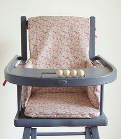 Coussin de chaise haute en Liberty enduit Eloïse rose Demeure des Anges Liberty Art Fabrics, Liberty Print, Nursery Design, Baby Design, Baby Pattern, Gingham, Kitchen Design, Retro, Chair