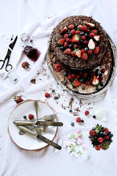 Pratos e Travessas: Bolo de chocolate e morango # Chocolate and strawberry cake | Food, photography and stories